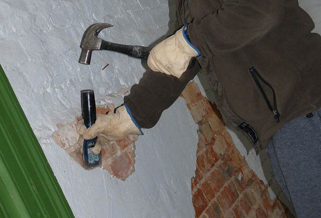 Очень часто приходится прибегать к полной очистке стены от старой штукатурки