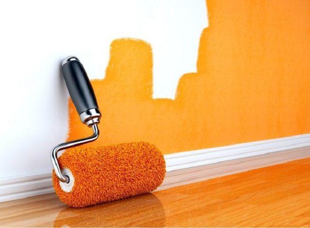 Краска наносится на стены равмномерным слоем