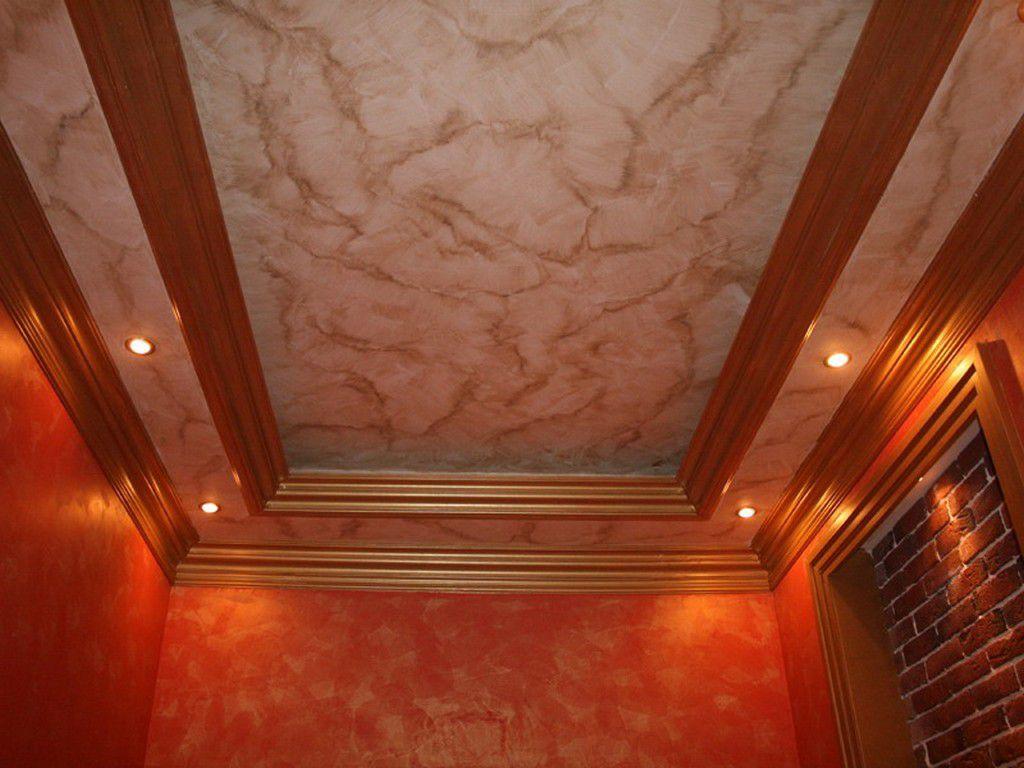 Потолок, оформленный декоративной штукатуркой