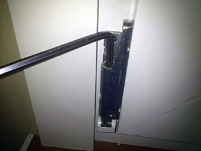 Дверь пвх на балконе задевает ответную часть.