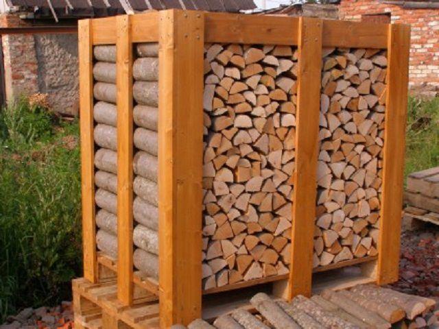 Организовать хранение дров можно по разному, но с соблюдением единых правил