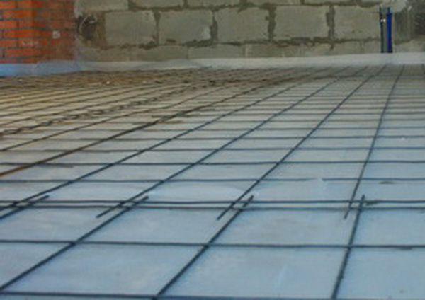 Уложите поверх теплоизоляции армирующую сетку