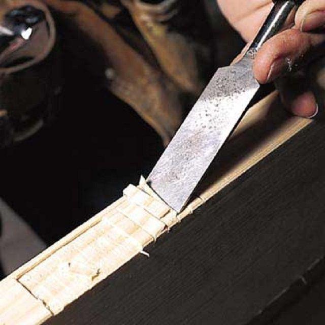 Выборка углублений под металлические пластины дверных петель