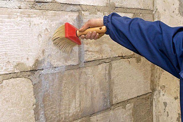 Грунтование стен и укрепит их, и придаст поверхности антисептический эффект