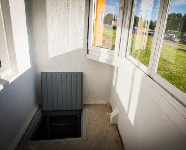 Входной лаз в погреб под балконом.