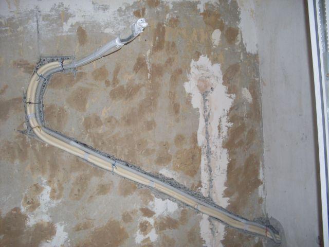 Трубы, при желании, можно спрятать в штроб