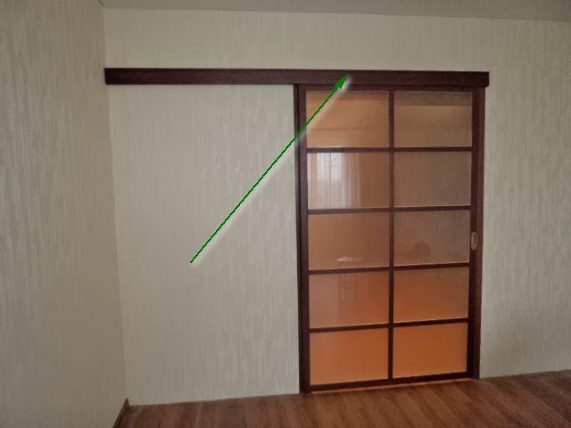 Дверь, подвешенная только на верхнюю направляющую