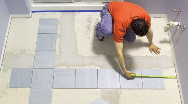 """Не стоит пренебрегать первоначальной """"сухой"""" выкладкой плитки - это позволит оценить варианты ее расположения"""