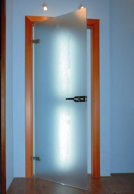 Стеклянные двери смотрятся очень оригинально ...