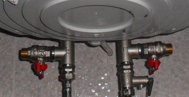 Слева, на горячей трубе смонтирован тройник с отводным вентилем. С практической точки зрения - не особо нужная деталь