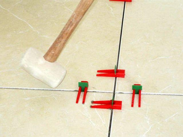 По высыханию клея зажимы сбиваются легкими боковыми ударами резинового молотка