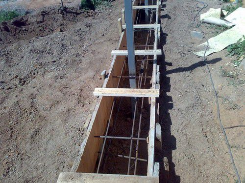 Армирование и установка опорных столбов