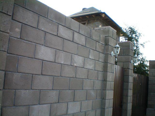 Неотделанный забор из пенобетонных блоков