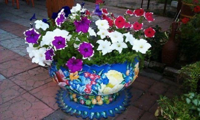 Клумбу-вазу можно, при необходимости, переставлять по участку