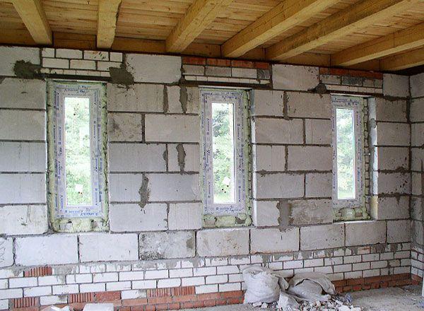 Вставлены окна и смонтировано перекрытие потолка