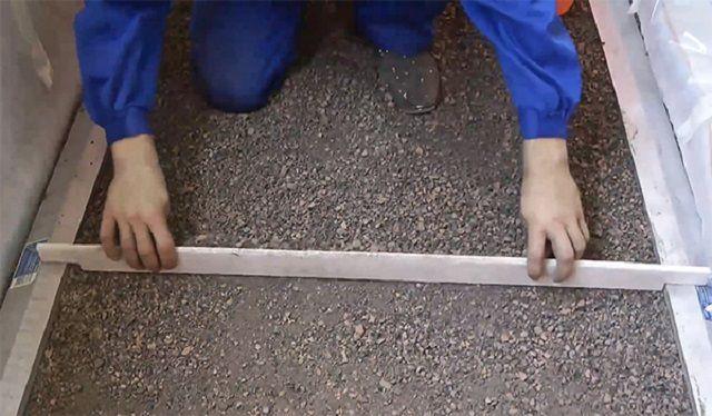 """Разравнивание поверхности при засыпке """"сухой стяжки"""""""