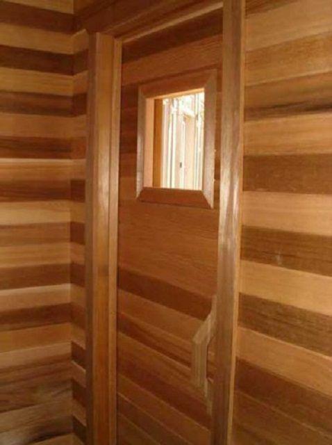 Дверь отделывают таким образом, чтобы через нее не выходило тепло наружу