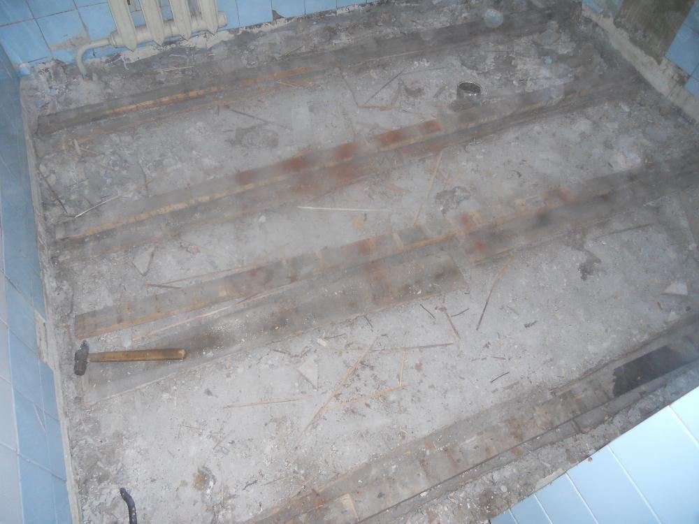 Если лаги очень старые, расшатанные и прогнившие, убирают все до бетонной основы