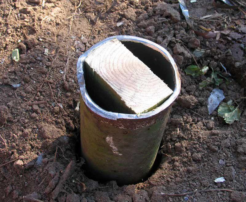 Еще один вариант фундамента. Металлические трубы с забитыми внутрь деревянными брусьями, для крепления балки к фундаменту