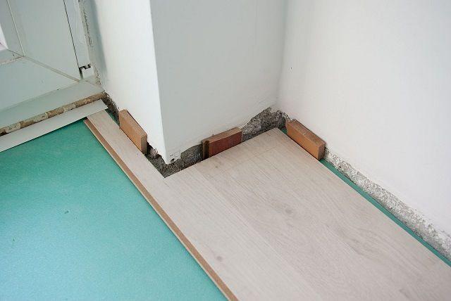 В комнатах большой площади зазоры могут достигать даже 20 - 30 мм
