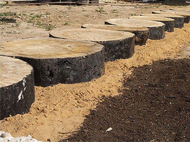 Установленные и утрамбованные песком кругляки