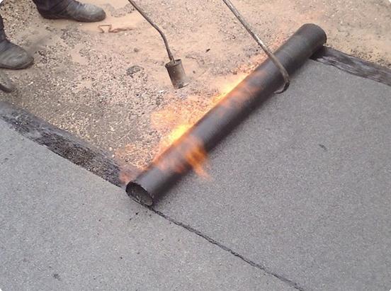Настил бикроста производится при помощи горелки