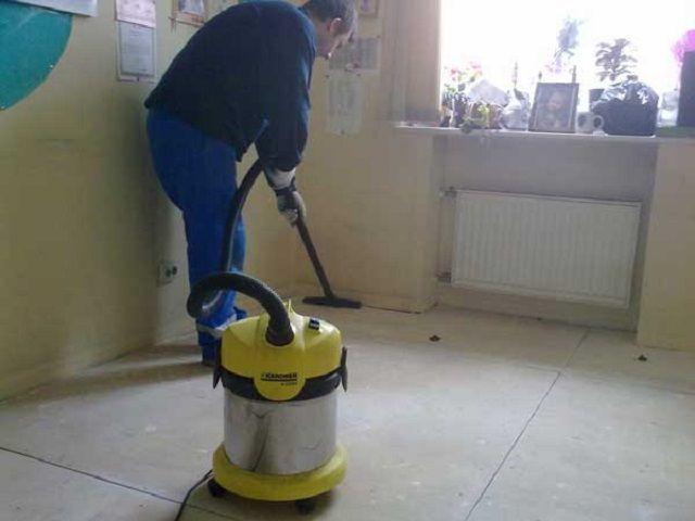 Обязательное условие - самая что ни на есть тщательная уборка поверхности перед настилом линолеума