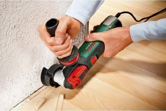 Для подрезки ламината прямо на полу требуется специализированный инструмент