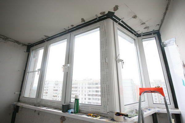 Под потолком балкона также произведена проклейка