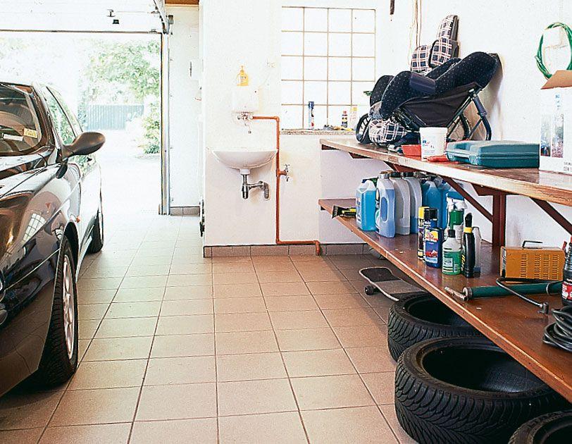 Полки в гараже для хранения деталей