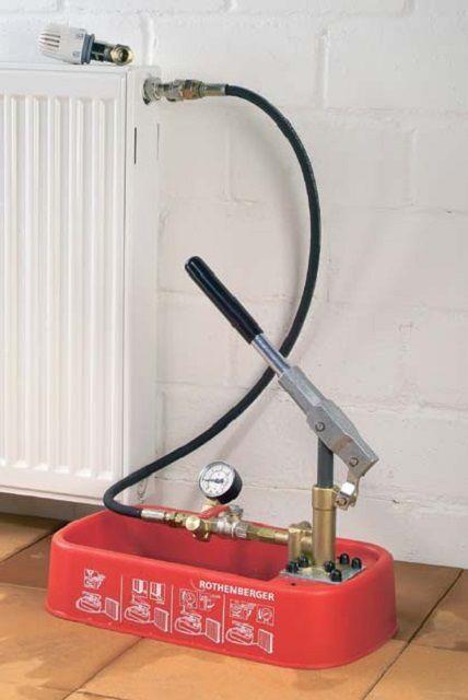Ручной компрессор, подсоединенный к системе