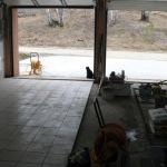 Процесс укладки керамогранита на пол в гараже