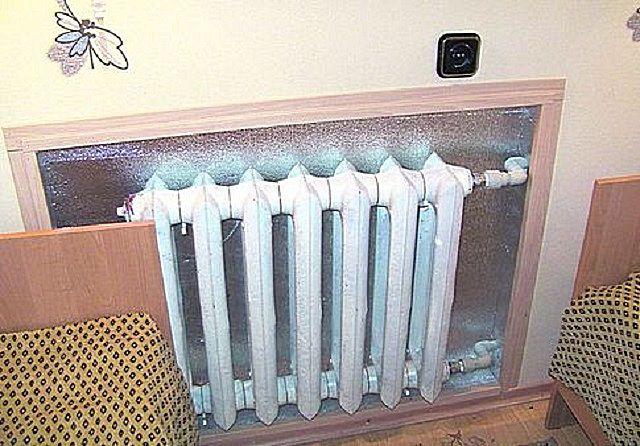 На стене за радиатором целесообразно расположить термоотражающий экран из фольгированного теплоизолятора