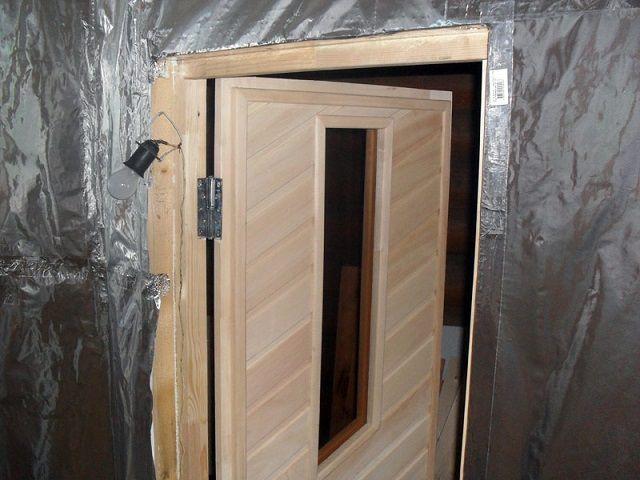 Дверь должна встать ровно, без перекосов и щелей