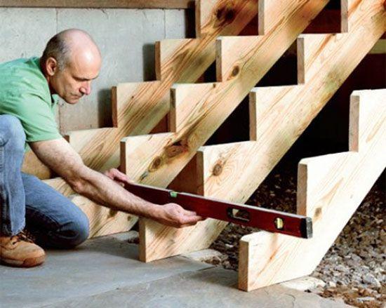 Установка косоуров деревянного крыльца