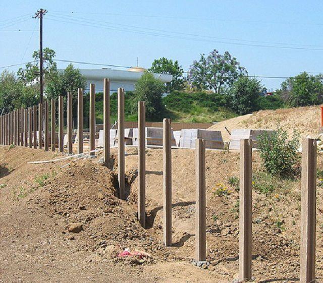 Установленные бетонные столбики для сборных разновидностей заборов