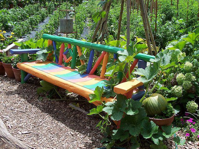 Яркие краски добавят особой прелести скамейке