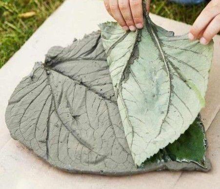 Сделать красивый узор можно даже листом лопуха