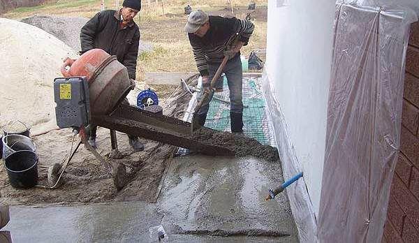 Заливаем отмостку бетоном