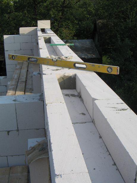 """Затем """"неснимаемая опалубка"""" из трех рядов блоков: 1. Снаружи блок толщиной 150; 2. в центре блок толщиной 150 распиленный вдоль пополам; 3. Изнутри блок толщиной 100 мм."""