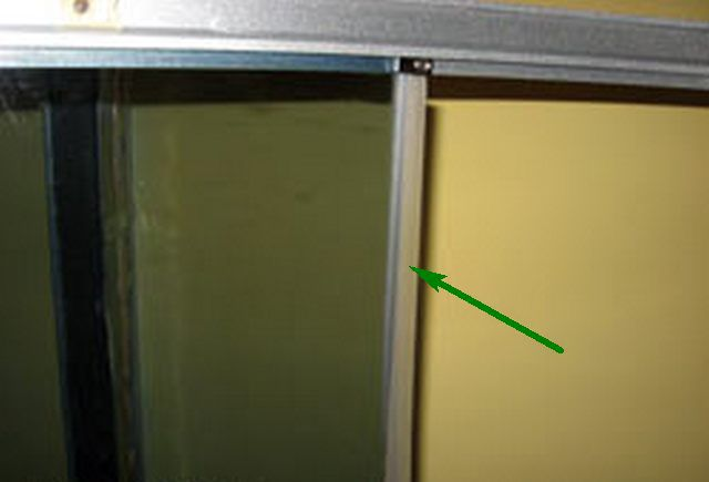 Установка уплотнителя по краю стекла
