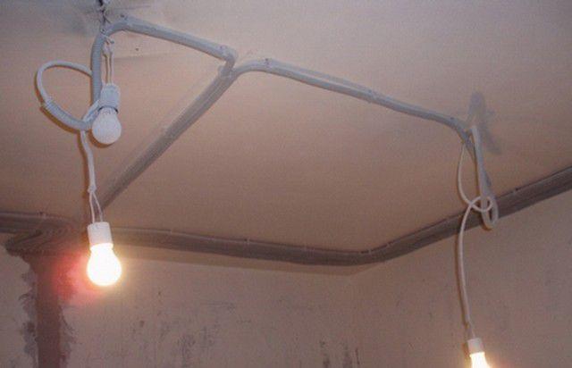 На потолке провода могут быть размещены произвольно