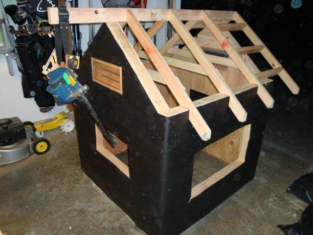 Двускатная крыша небольшого курятника