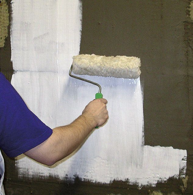 Нанесение грунтовки на стены