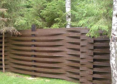 Вертикальный плетеный забор из досок