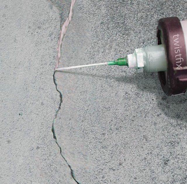 Совсем узкие щели можно заделать герметиком