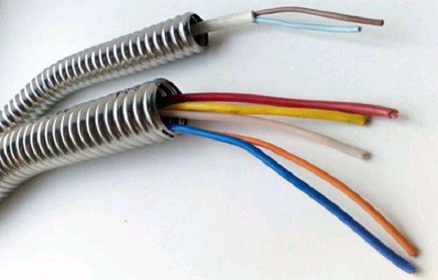 Электрические провода в гофротрубе