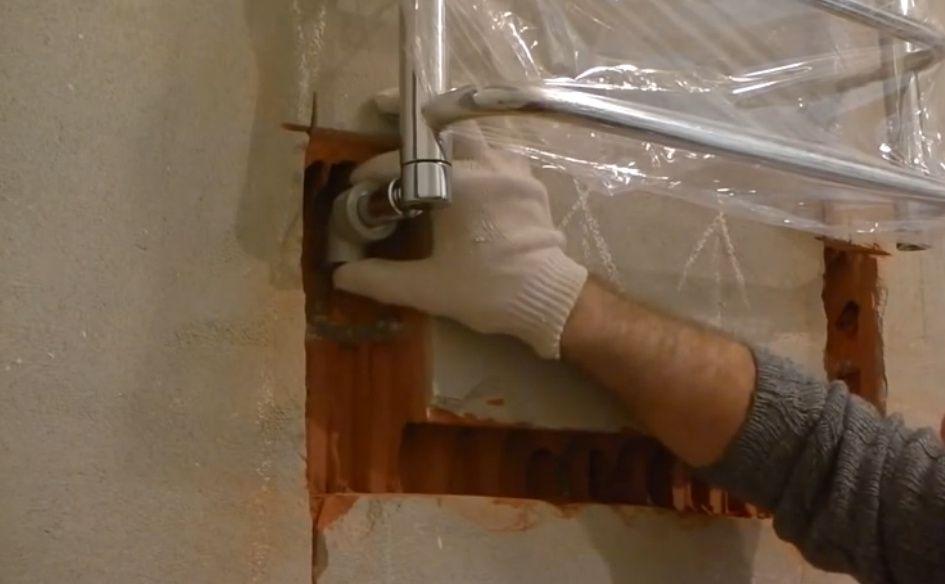 Как повесить полотенцесушитель