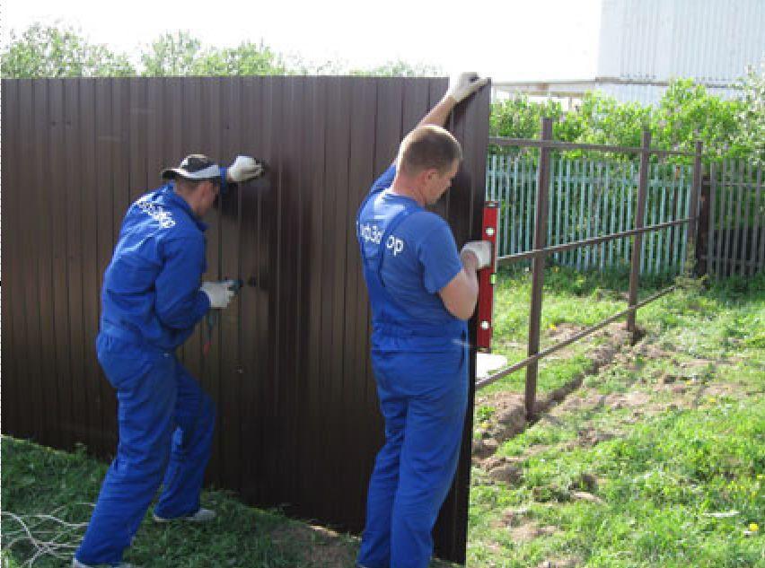 Как смонтировать забор из профнастила своими руками