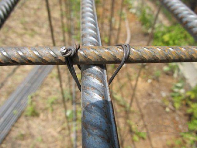 Пример увязки перпендикулярных прутьев арматуры